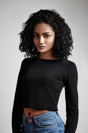 Latijnse vrouw dragen jeans en zwarte bovenkant
