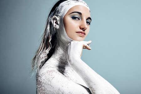 blanc: Femme dans une argile blanche. Traitement du corps LANG_EVOIMAGES