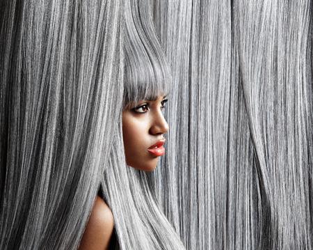 tinte cabello: Perfil de la mujer en el moderno fondo de las canas