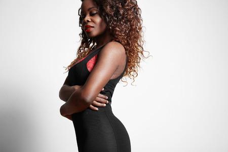 cabello rizado: belleza de la mujer negro con una enorme pelo rizado