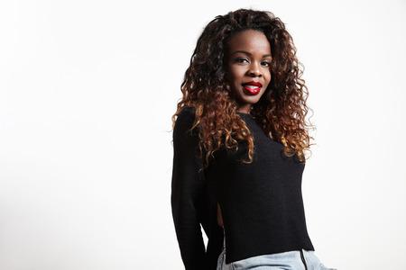 mujer bonita: negro mujer bonita con un pelo rizado y labios brillantes
