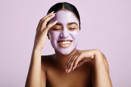 la mujer se divierte con una máscara facial