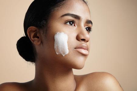 Vrouw met een zeep schuim op een wang Stockfoto - 53947839