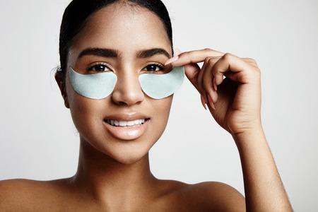 Frau nehmen eine Augenklappe aus
