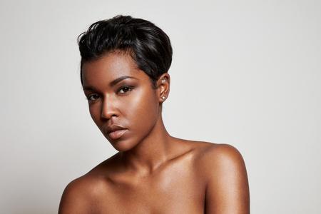femme noire nue: femme noire avec un poil court regardant la caméra