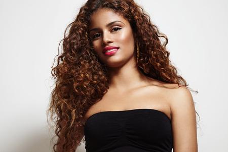 cabello rizado: la belleza de la mujer latina con el pelo rizado