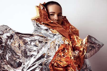 wraps: además de modelo de tamaño en un manto de oro y plata LANG_EVOIMAGES