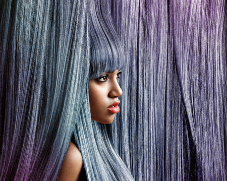 トレンディな色背景髪の女性のプロフィール