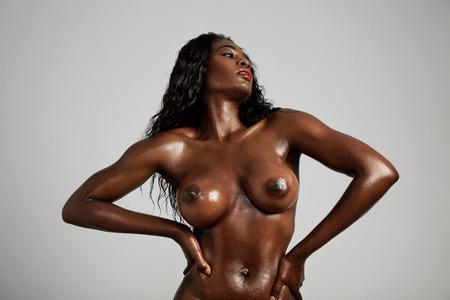 femme noire nue: nue femme noire avec forme idéale du sein