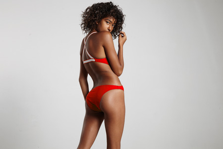 mesure: shy yung woman in swimsuit from backside LANG_EVOIMAGES