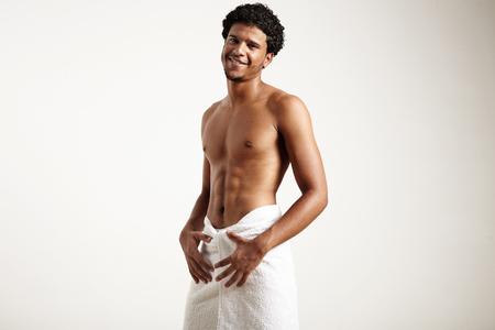 sauna nackt: Mann nach Dusche l�chelnd tr�gt wei�e Handtuch