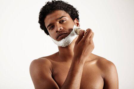 Ruhe entspannen Mann setzt Schaum für Rasur hhis Gesicht