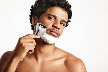 sauna nackt: ernsten jungen Mann Rasieren LANG_EVOIMAGES