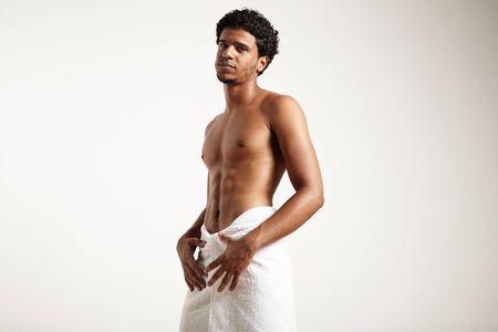 Mann im weißen Tuch mit perfekten Körper LANG_EVOIMAGES
