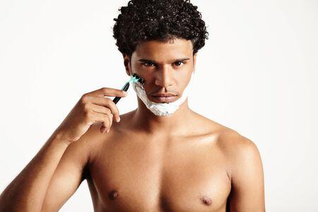 sauna nackt: Rasieren Mann in die Kamera mit einem seus Gesicht beobachten