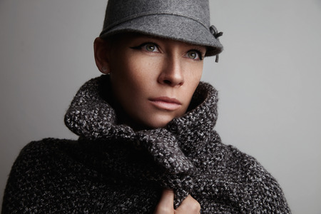 wears: woman feel freeze wears grey coat