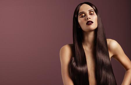 red lips: Mujer con el pelo largo brillante maquillaje creativo recta de oro LANG_EVOIMAGES