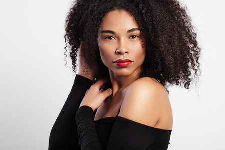 femenine: black woman with curly hair and bright red lips LANG_EVOIMAGES