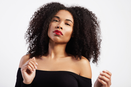 donna che balla: dancing black woman with afro hair in studio shoot