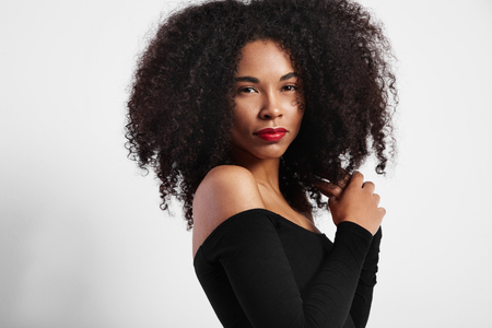 cabello negro: mujer de negro con el pelo grande afro LANG_EVOIMAGES