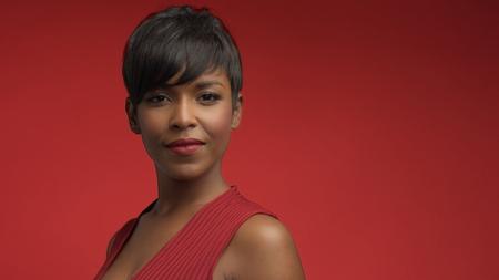 donna donna in rosso su rosso razza mista donna afro-americana in abito rosso su sfondo rosso