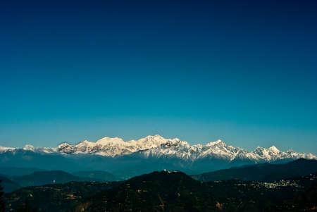 Une vue panoramique de la chaîne himalayenne Montagne de Darjeeling, en Inde, avec des Kanchenjunga, troisième plus haute montagne du monde et englobe 16 sommets de plus de 7000 m (23 000 pi). Banque d'images - 36729860