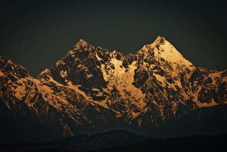 Himalaya Montagne: Une vue panoramique de la chaîne himalayenne Montagne de Darjeeling, en Inde, avec des Kanchenjunga, troisième plus haute montagne du monde et englobe 16 sommets de plus de 7000 m (23 000 pi). Banque d'images - 37237784
