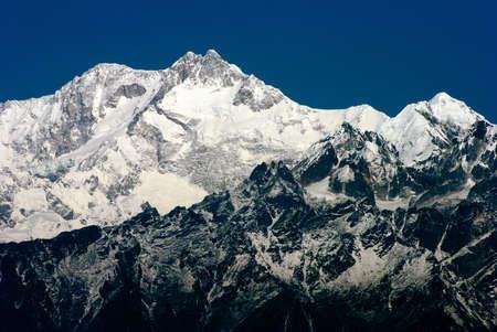 Himalaya Montagne: Une vue panoramique de la chaîne himalayenne Montagne de Darjeeling, en Inde, avec des Kanchenjunga, troisième plus haute montagne du monde et englobe 16 sommets de plus de 7000 m (23 000 pi). Banque d'images - 37237785