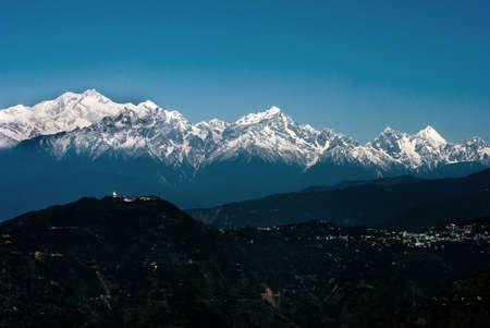 Himalaya Montagne: Une vue panoramique de la chaîne himalayenne Montagne de Darjeeling, en Inde, avec des Kanchenjunga, troisième plus haute montagne du monde et englobe 16 sommets de plus de 7000 m (23 000 pi). Banque d'images - 37237786