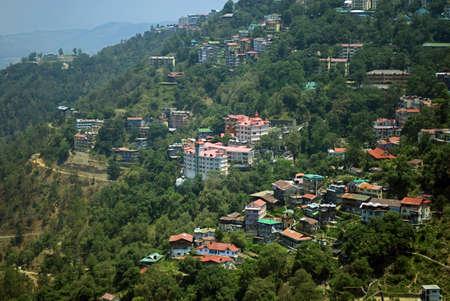 관광 오두막 및 지역 주택 2009 년 7 월 7 일에 히 마찰 프라데시, 인도에서 관광 목적지 Shimla에서 산의 경사면에 있습니다. 일부 모험 애호가 관광객은