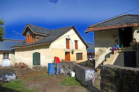 지역 마을 하우스는 2009 년 7 월 5 일 인도 히 마찰 프라데시의 달하 우시에있는 산의 경사면에 있습니다. 일부 모험 애호가 관광객은 혼란을 피하고 히