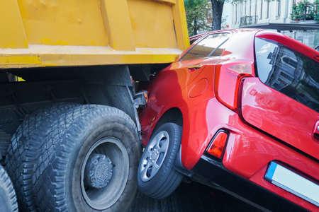 Lkw- und Autounfall-Kollisionsunfall auf Tankstelle, Verkehrsunfall. Autounfall