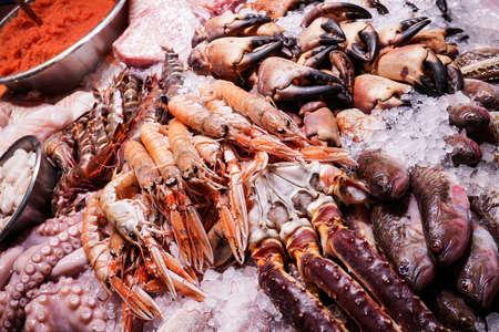 Zeeschelpen worden verkocht op een markt in Kopenhagen, Denemarken.