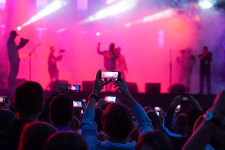 Nahaufnahme von Fotografieren mit Smartphone während eines Konzerts