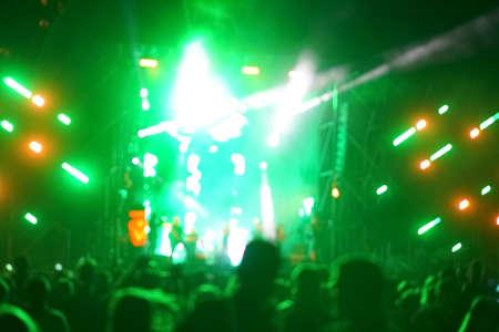 Rozmyte oświetlenie koncertu rozrywkowego na scenie, niewyraźna impreza dyskotekowa.