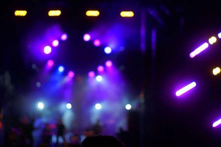 Rozmyte oświetlenie koncertu rozrywkowego na scenie, niewyraźna impreza dyskotekowa. Zdjęcie Seryjne