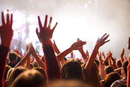 Menigte bij een muziekconcert, publiek steekt handen omhoog
