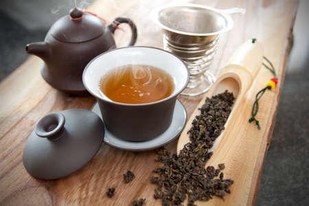 一杯のウーロン茶とアクセサリー