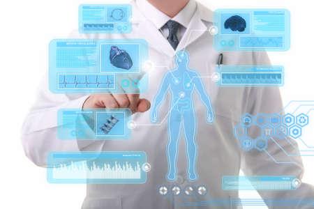 未来的なタッチ スクリーン表示で働く男性医師
