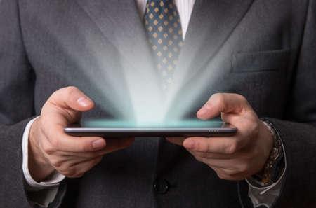 holographic: Uomo d'affari di lavoro sul suo tablet olografico futuristico