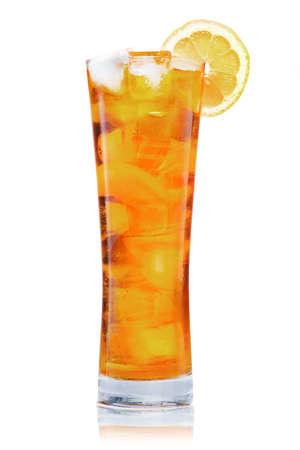 Groot glas ijsthee met citroen
