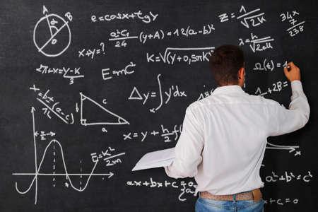 signos matematicos: Profesor en la pizarra
