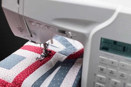 Modern sewing machine working on a beautiful quilt Zdjęcie Seryjne