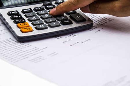 calculadora: estado de cuenta bancario y calculadora con el dedo presionando