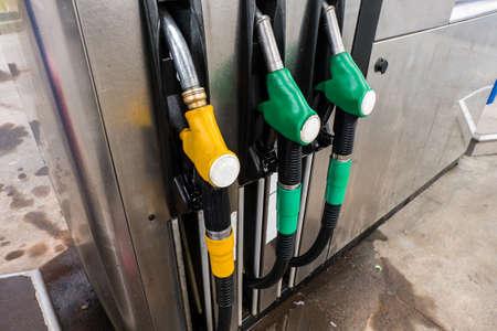 surtidor de gasolina: Llenado de la bomba de gasolina en la gasolinera Foto de archivo