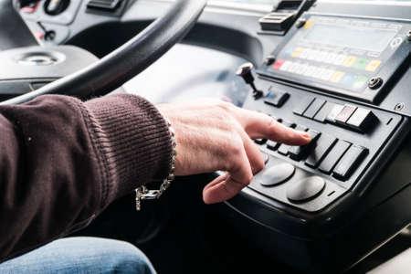 bus driver: conductor del autob�s bot�n del control.