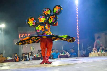 "bailarinas arabes: Dubai, United Arab Emirates - 6 de noviembre de 2015: Bailarín árabe que realiza una ""danza de torneado""."