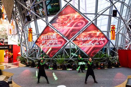 bailarinas arabes: Abu Dhabi, Emiratos Árabes Unidos - 7 de noviembre de 2015: Festival de luces en Ferrari World, Abu Dhabi