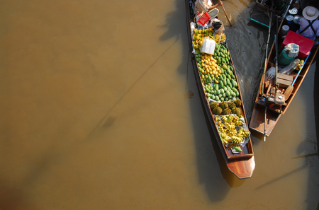 thailand culture: Damnoen Saduak Floating Market Featuring many small boats laden with colourful fruits, vegetables and Thai cuisine in DAMNOEN SADUAK THAILAND Stock Photo