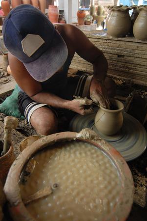 ollas de barro: boy Earthenware handmade old clay pots,